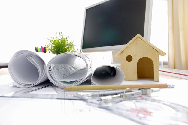 建築家の職場。建築計画、技術プロジェクト図面、エンジニアリングツール