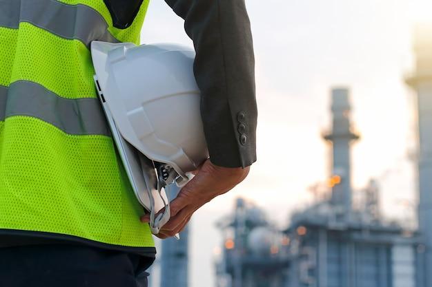 安全ヘルメットで発電所で作業するエンジニア