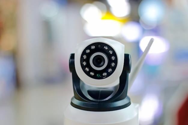 Камера охранного видеонаблюдения или система наблюдения, действующая внутри здания. концепция контроля безопасности, защита преступности.
