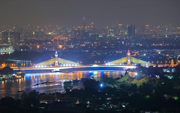 チャオプラヤ川に架かるマハチェサダボディンドラヌソーン橋のライトショー