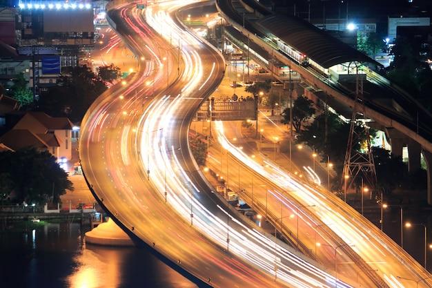タイの高速道路。移動中のトラフィックの長時間の露出