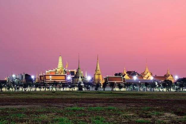 タイのバンコクのロイヤルプラザサナムルアンプラマネグラウンド、ワットプラケオ寺院のエメラルド仏のランドマークの街並みの景色