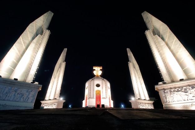 夜のバンコク、タイの民主主義記念碑