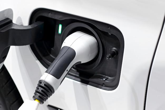 Блок питания подключен для зарядки электромобилей