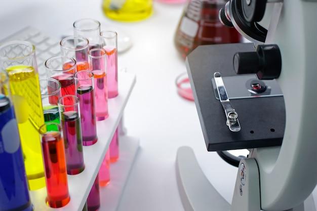 Ученый с оборудованием и научными экспериментами