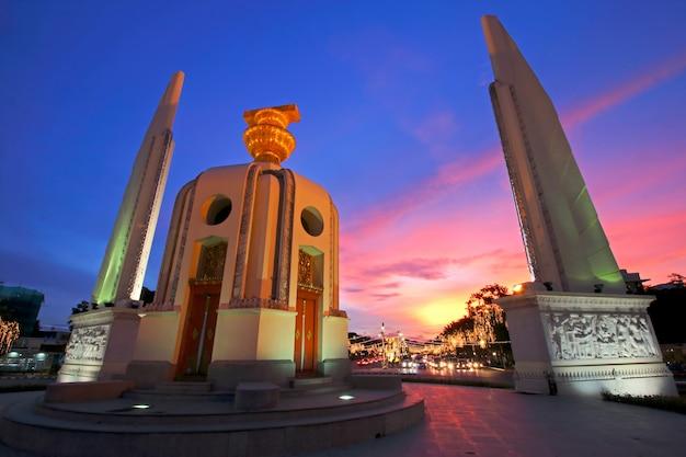 夕方のバンコク、タイの民主化記念碑