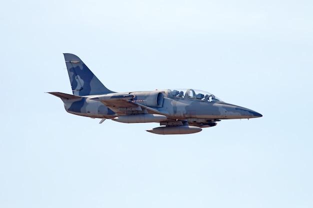 Военный истребитель на голубом небе