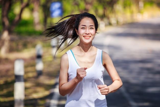 Женщина фитнес в парке
