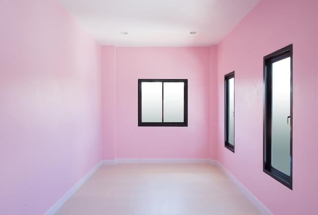 Пустая комната с окном в доме