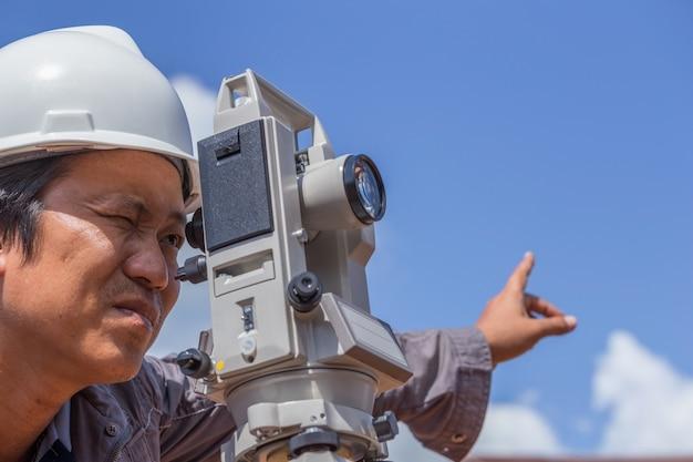 エンジニアは建設用の測量ラインのタコメータまたはセオドライトを使用します