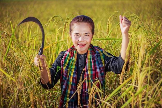 水田の幸せな農夫女性