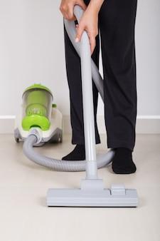 女性の足、掃除機、掃除、床