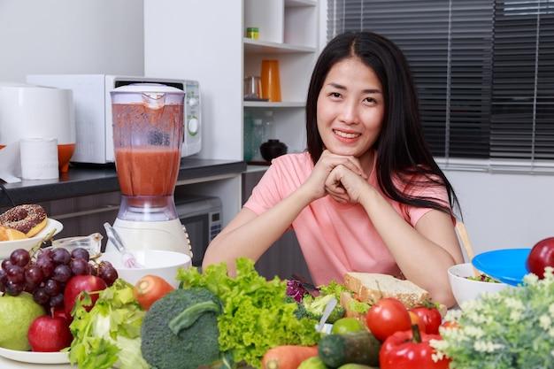 キッチンルームで調理する若い女性