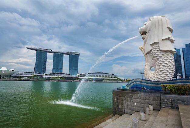 マリーナベイの背景を持つシンガポールのマーライオンパーク