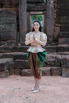 タイの伝統的なドレスの女性は敬意を表します