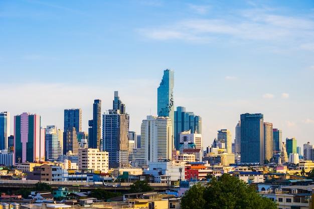 Здание с небом в бангкоке, таиланд