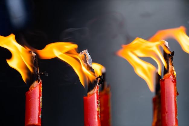 線香が煙で燃えている