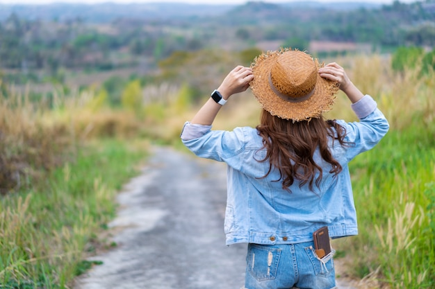 田舎でバックパックを持つ女性観光客