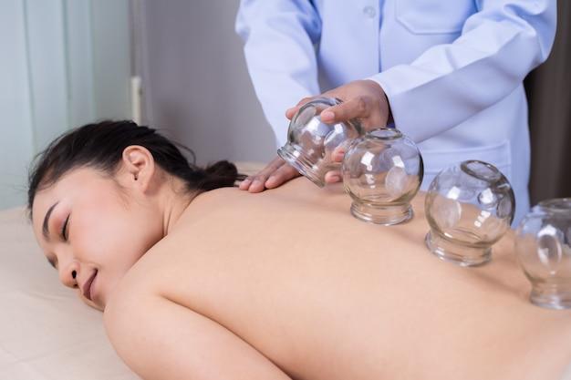 背中にカッピング治療を受ける女性
