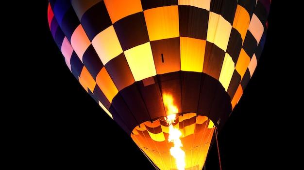 Крупным планом воздушный шар с горелкой пламени, светящиеся ночью