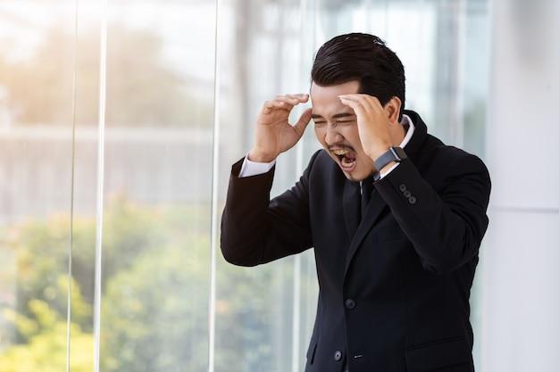 オフィスの問題を考えるビジネスマンを強調
