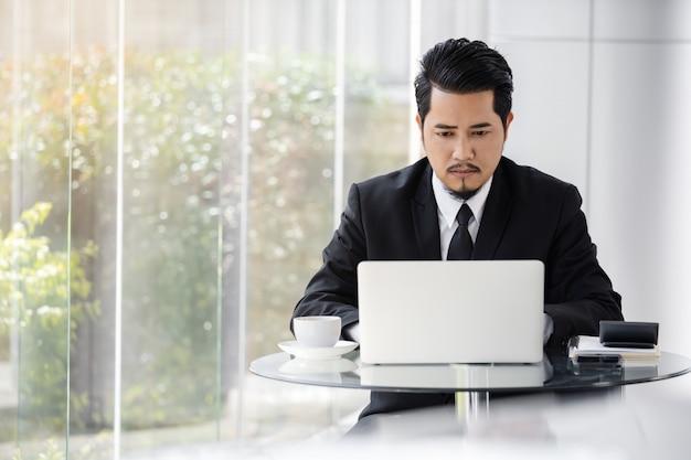 Деловой человек, используя портативный компьютер