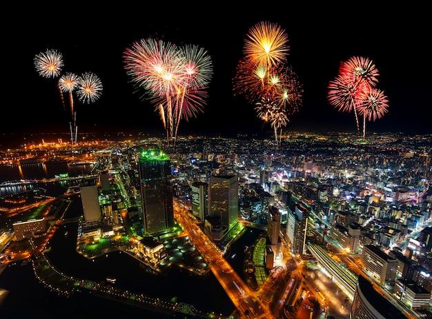 夜、日本の横浜の街並みの上の花火