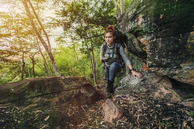 森に登るハイカー女性