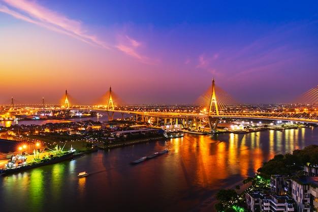 タイ、バンコク市の日の出とチャオプラヤー川に架かるプミポン吊り橋