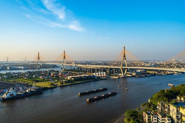 Висячий мост пумипона через реку чао прайя в городе бангкок, таиланд
