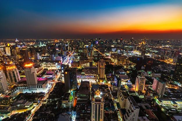 バンコク市内のダウンタウンとタイの日没時の道路交通