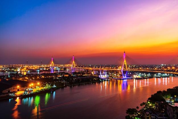 タイ、バンコク市の夕暮れ時のチャオプラヤー川に架かるプミポン吊り橋