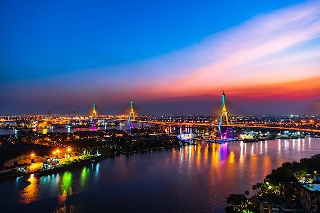 Висячий мост пумипона через реку чао прайя на закате в городе бангкок, таиланд