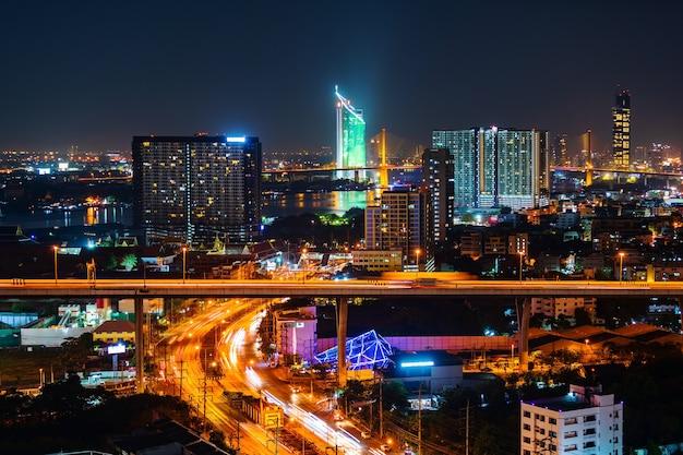 Вид на город бангкок и дорога ночью, таиланд