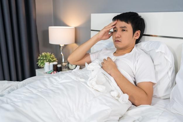 病人はベッドで頭痛