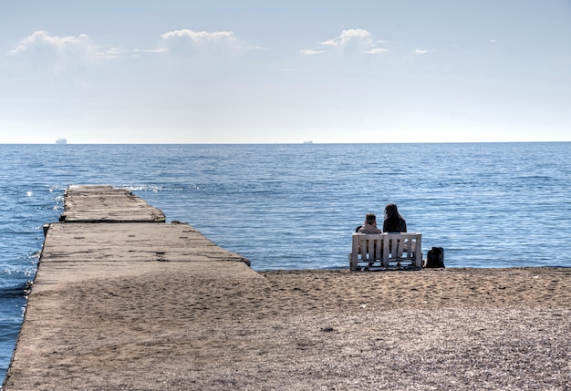 春のオデッサ、ウクライナのランゲロンビーチ