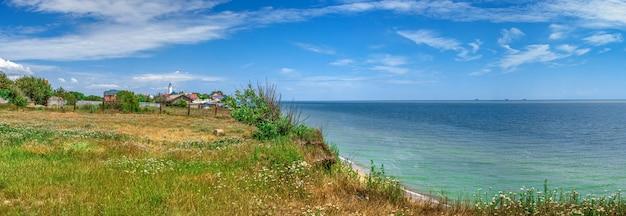 Пустынный пляж в санжейке, украина