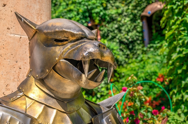 Скульптура рыцаря в доспехах в замке равадиново, болгария