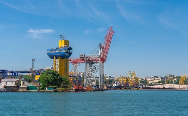 オデッサ、ウクライナの貨物港のコンテナターミナル