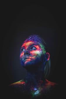 蛍光紫外線で描かれた少女の肖像画。