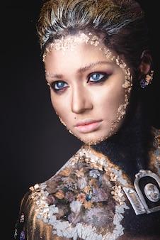 ゴールデンアイコン絵画化粧品を持つ少女の肖像画