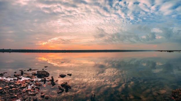 夕暮れ時の塩湖のパノラマビュー