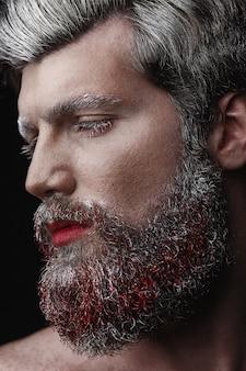 赤い唇と舌を持つ魅力男