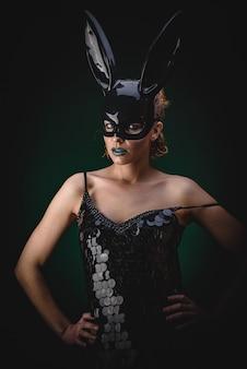 Сексуальная девушка в черной маске зайчика