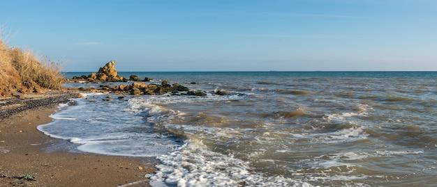 海岸で晴れた秋の日