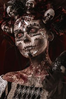 死の衣装のハロウィーンの少女