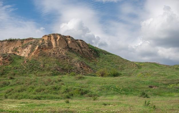 ウクライナのオデッサの海岸のシェル岩
