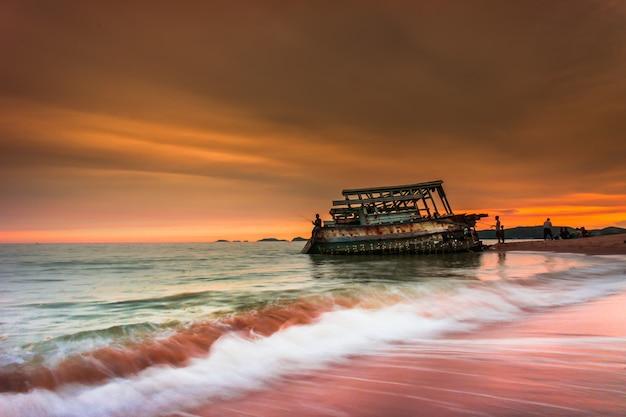 海のボートクラッシュ