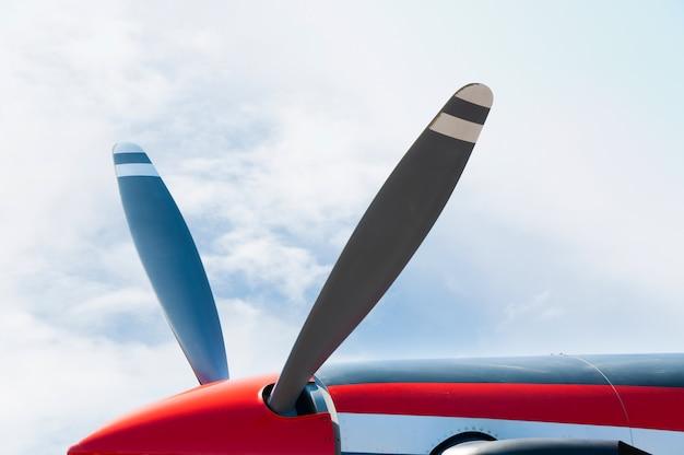青い空に放射状エンジンを持つヴィンテージ飛行機プロペラ