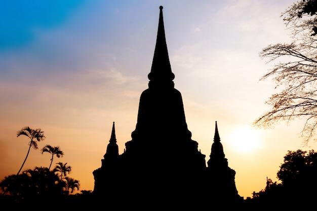 タイのアユタヤ県日没(アユタヤ歴史公園)のワットヤイチャイモンコン寺院のシルエット
